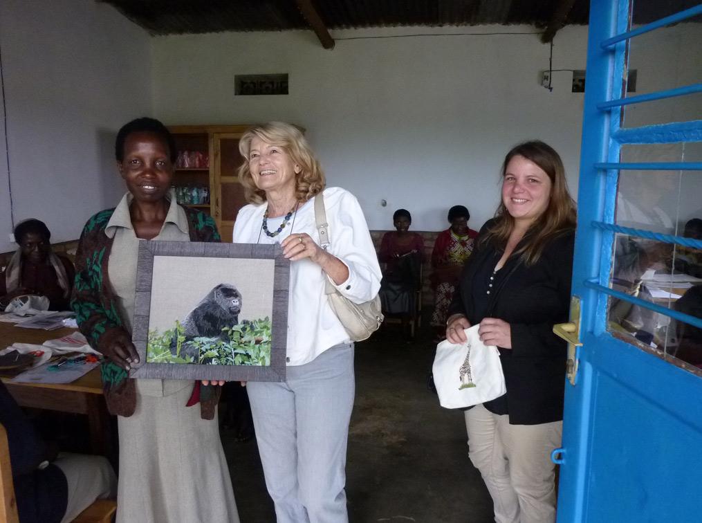 Michel Flesch, ambassadeur de France et Marianne Racamier, chargé de projet au Fond social de Développement, entourés des brodeuses de l'atelier