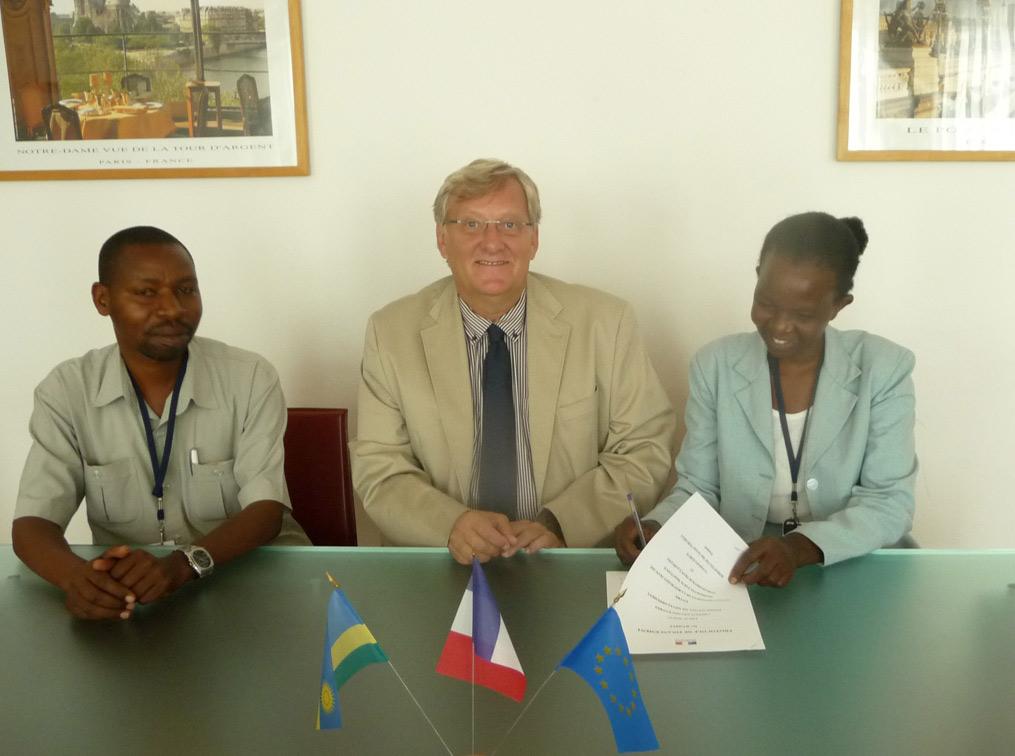 Décembre 2013, Félicien et Xaverine, la présidente de la coopérative à l'ambassade de France  pour la signature du protocole  et la remise des fonds avec l'ambassadeur de France, Michel Flesch